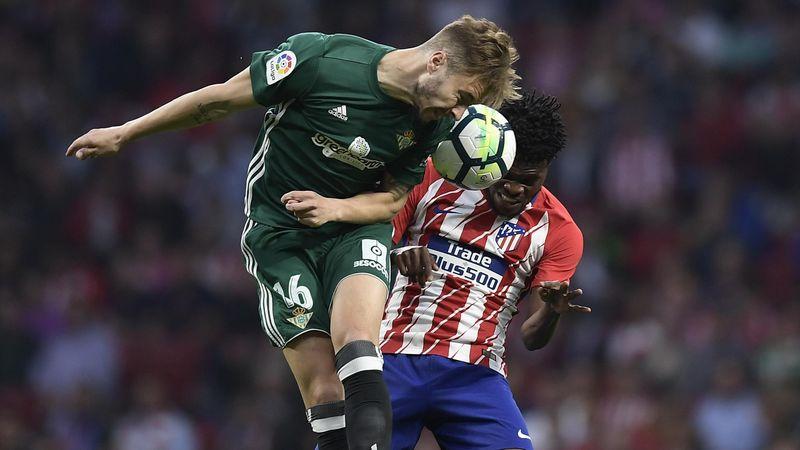Thomas Partey (Atlético) dispute un duel aérien avec Loren Moron (Betis).