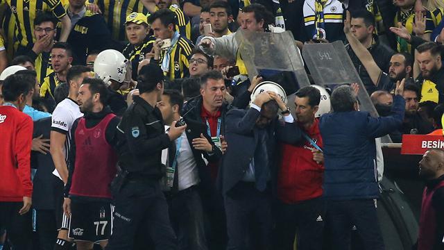 8 фанатов задержаны после беспорядков вматче «Фенербахче»— «Бешикташ»