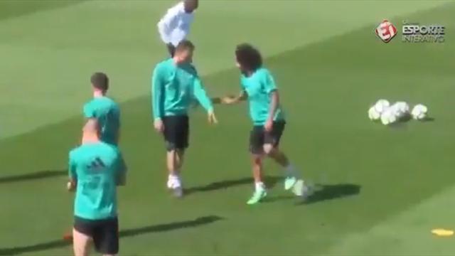 Марсело чувствует мяч на телепатическом уровне – в этот раз он принял его, стоя спиной к пасующему