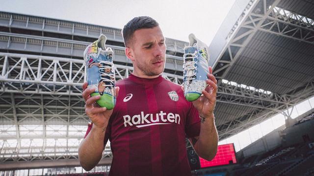 Les nouveaux crampons de Podolski version Olive et Tom
