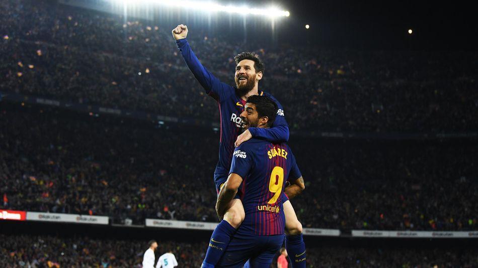 Lionel Messi porté en triomphe par Luis Suarez face au Real Madrid