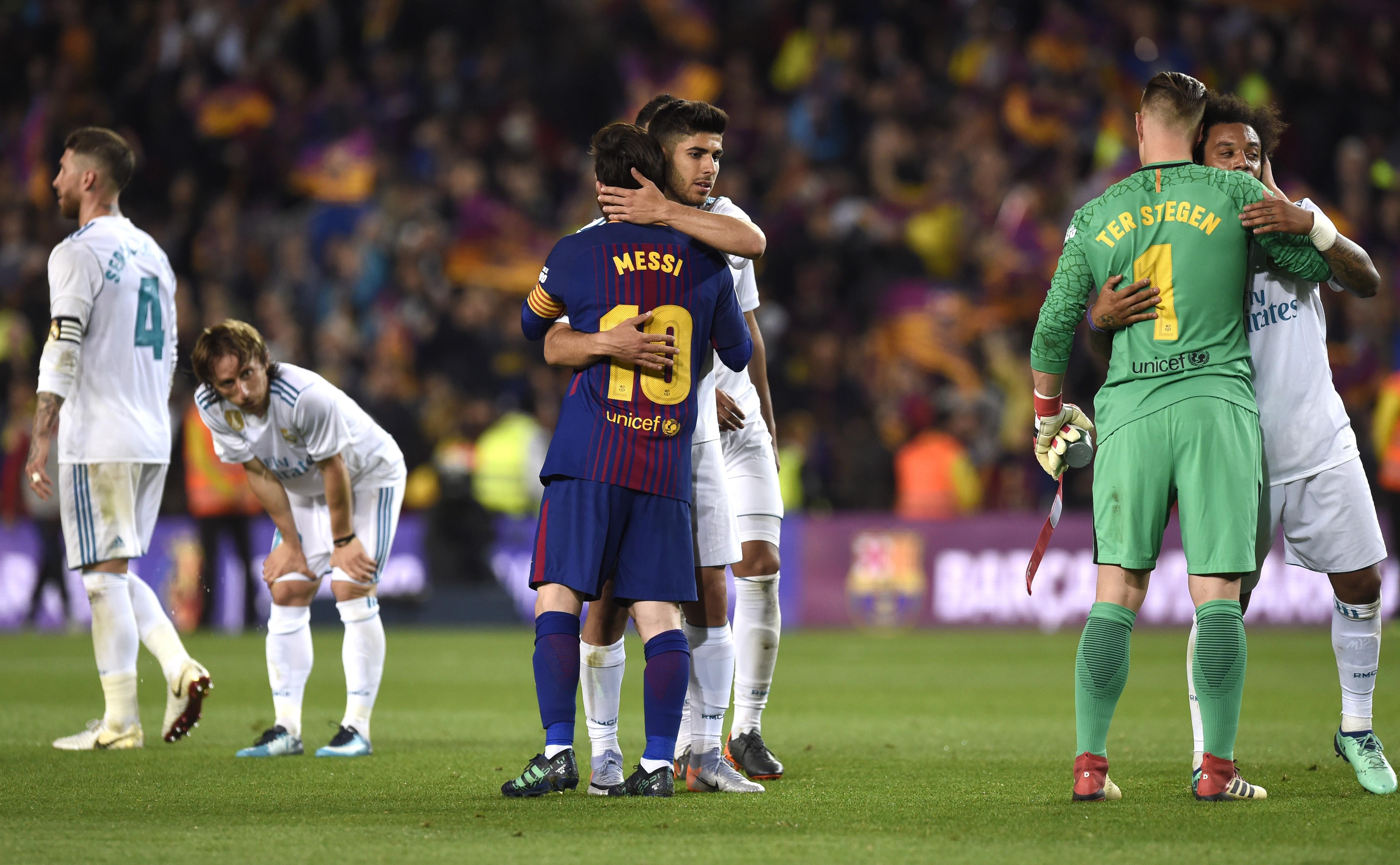 Les joueurs du Barça et du Real se félicitent