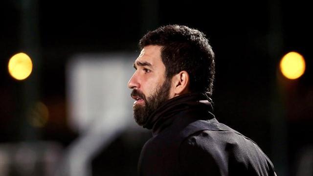 Arda Turan recibe un duro castigo por agredir a un árbitro