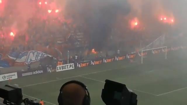 Прикол года: фанаты «Вислы» случайно сожгли свой флаг с текстом «Мы никогда не сгорим»