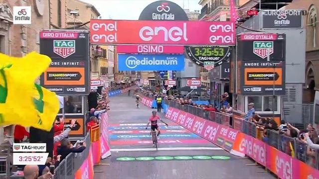 Rivivi lo scatto finale vincente di Simon Yates sulla salita di Osimo