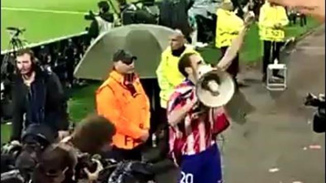 Juanfran se acuerda del Real Madrid megáfono en mano durante la celebración del Atleti