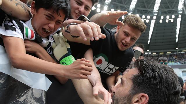 Buffon al minuto 64 conclude la sua carriera alla Juventus: lacrime, abbracci e giro di campo