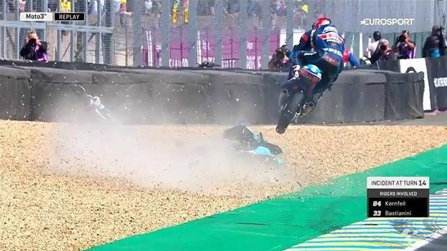 Bastianini chute, Kornfeil passe par-dessus sans tomber !