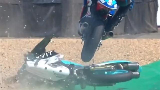 Чешский гонщик использовал упавший мотоцикл соперника как трамплин и спокойно поехал дальше
