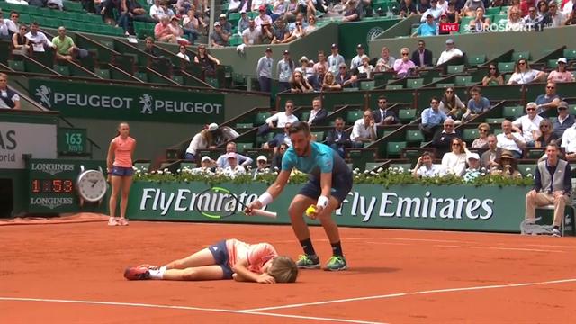 Un tennisman percute violemment un ramasseur de balle