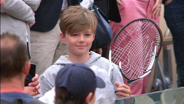 Djokovic offre sa raquette démolie à un jeune fan