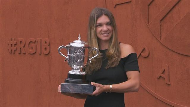 Bella in nero: Simona Halep posa con il trofeo del Roland Garros più che elegante che mai