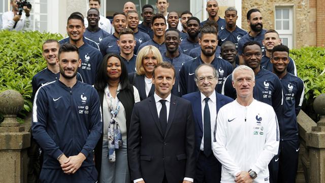 """Les Bleus ont reçu la Légion d'honneur des mains de Macron : """"Vous avez rendu fier tout un pays"""""""
