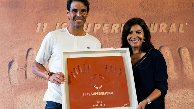 Roland Garros 2018: El homenaje de París a Nadal y sus manos de '11' dedos