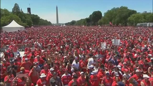 Громадная толпа пришла к Белому дому поглазеть на чемпионский состав «Вашингтона». Овечкин в экстазе
