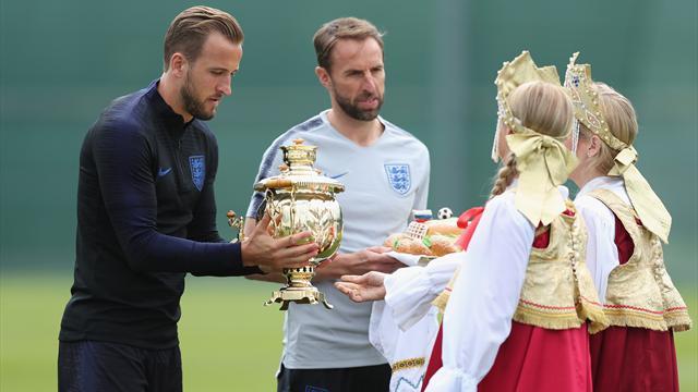 Футболисты сборной Англии отказались пробовать каравай, подаренный по прибытии в Россию