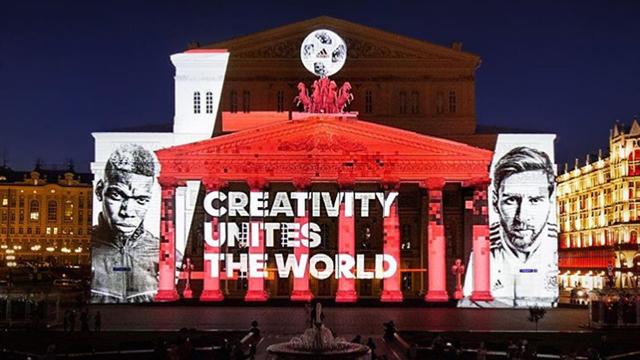 «Креативность объединяет мир». Ядерная световая инсталляция на фасаде Большого с Погба и Месси