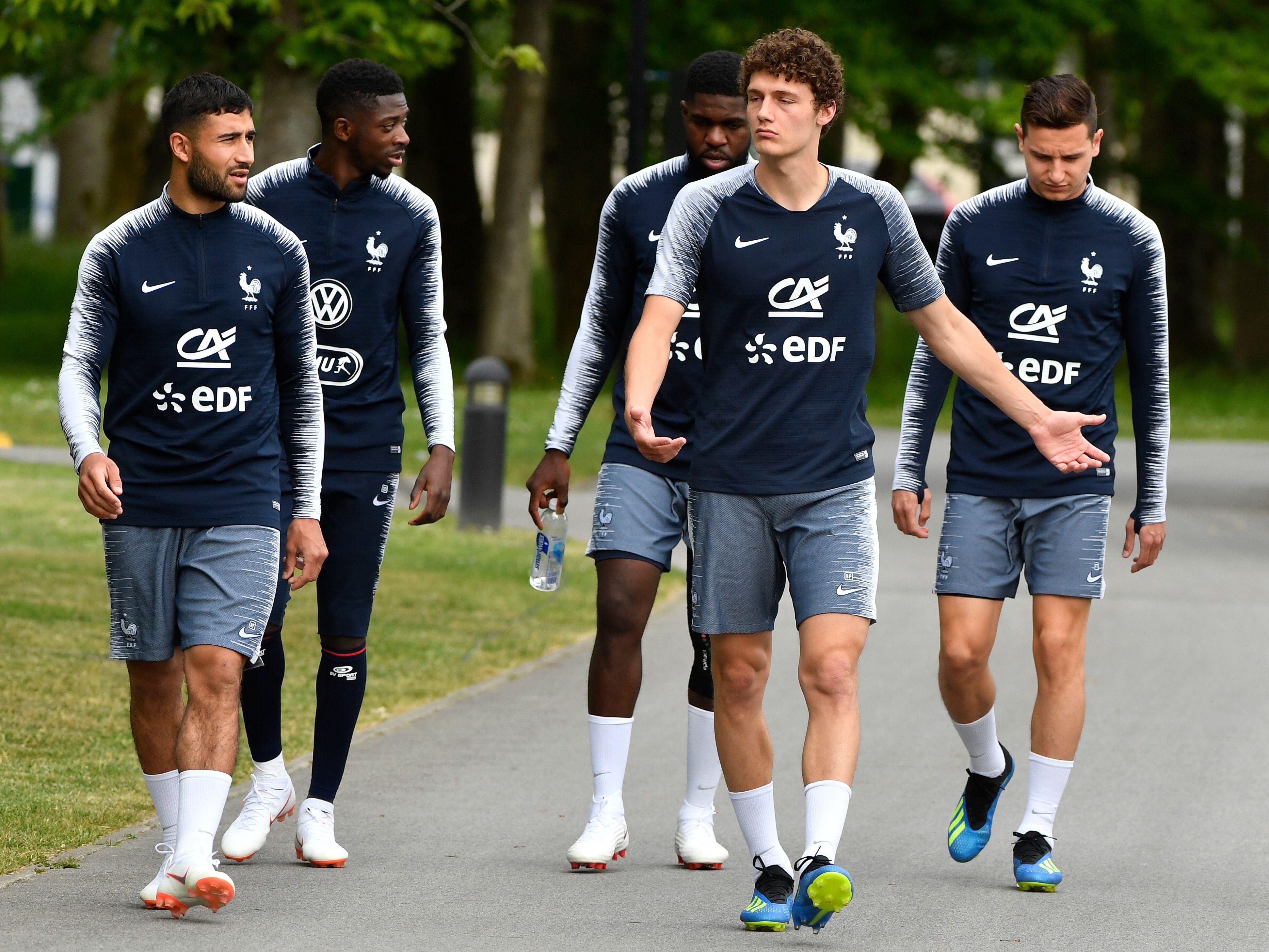 Benjamin Pavard au milieu de Nabil Fekir, Ousmane Dembélé, Samuel Umtiti et Florian Thauvin (France)