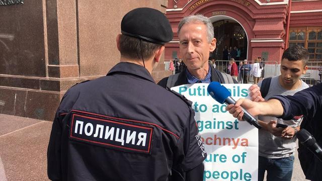 Британский ЛГБТ-активист устроил одиночный пикет возле Кремля. Его задержали, но потом отпустили