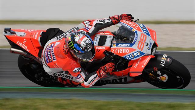 Lorenzo, Dovizioso, Marquez: lotta a tre per la vittoria. A Valentino Rossi resta solo la rimonta