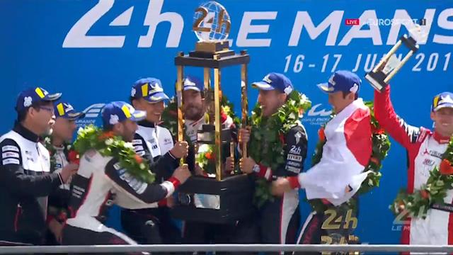 Fernando Alonso solleva il trofeo: vittoria storica per la Toyota a Le Mans