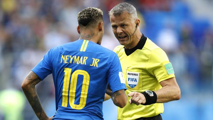 El árbitro Bjorn Kuipers rectifica y anula un penalti señalado ...