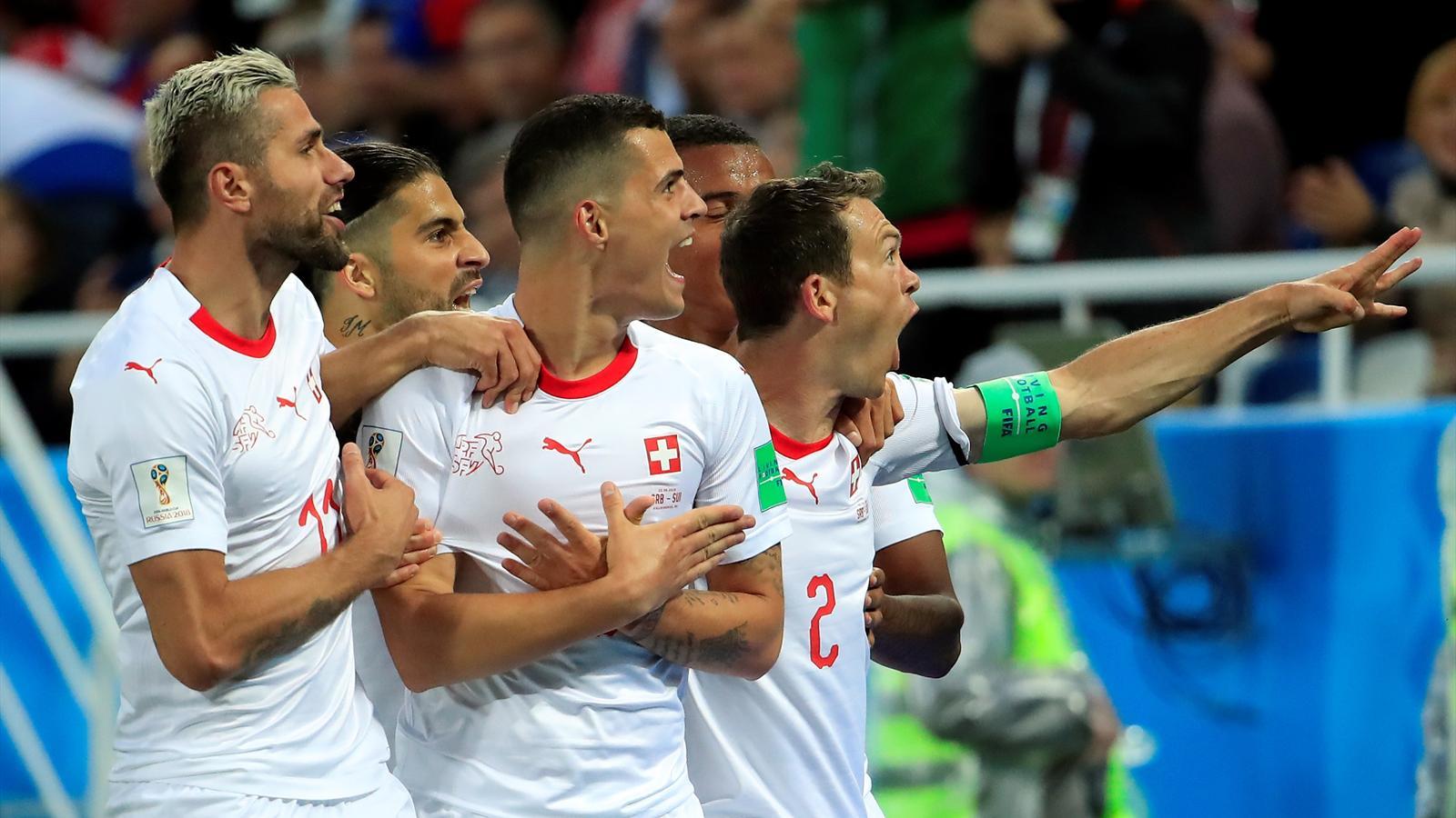 Граніт Джака разом з партнерами демонструє жест орла Албанії після голу у ворота Сербії на ЧС-2018