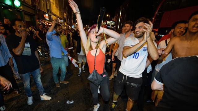 ¡Locura en Inglaterra! Celebraciones por doquier tras el dramático pase a cuartos ante Colombia
