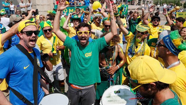 Espectacular recibimiento de la afición brasileña a su selección en Kazán antes de los cuartos