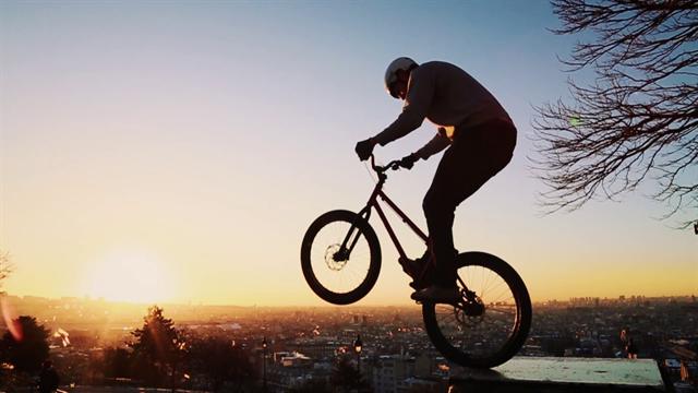 Ride the city: lo spettacolo del 'bike trial' per le strade di Parigi