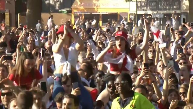 """Coupe du Monde 2018 - À Hyde Park, 30.000 supporters anglais chantent """"It's coming home"""""""