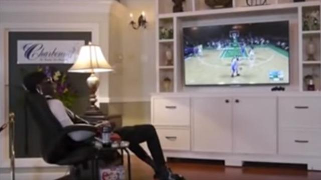 Убитого фаната НБА посадили за PS4 и включили любимый симулятор. Кажется, он обрадовался