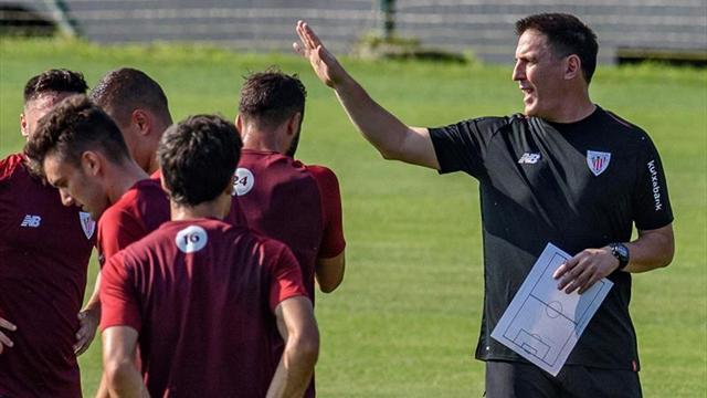 Berizzo trabaja con el grupo de defensas y centrocampistas