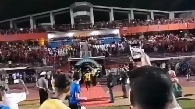 Индонезийские фаны расстроились поражению своей сборной и забросали команду соперника бутылками