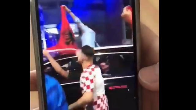 Фанат принес флаг Албании на вечеринку хорватов по случаю выхода в финал, но акция провалилась