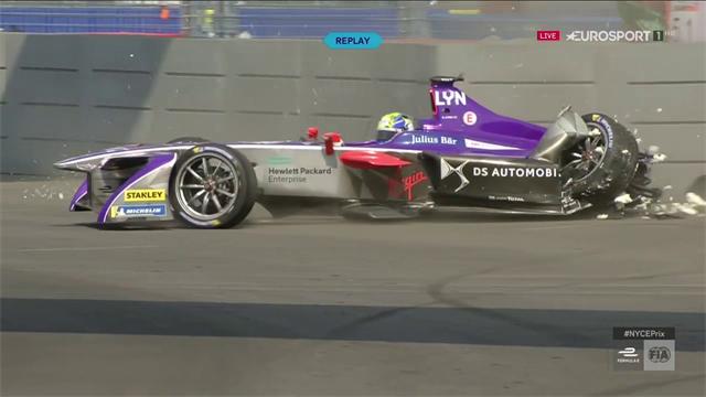 Scodata e botta contro le barriere: incidente per Alex Lynn nell'EPrix di New York