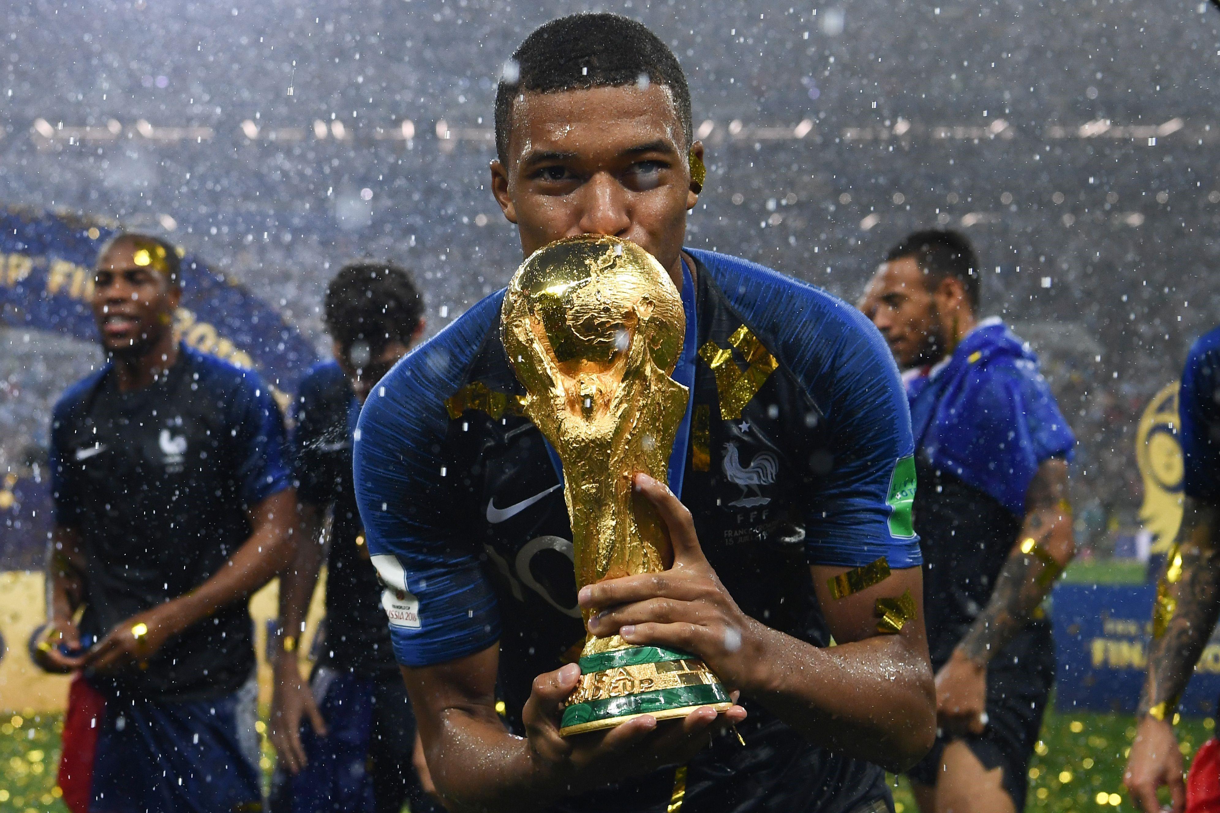 Kylian Mbappe embrasse la Coupe du monde de football - 15 juillet 2018