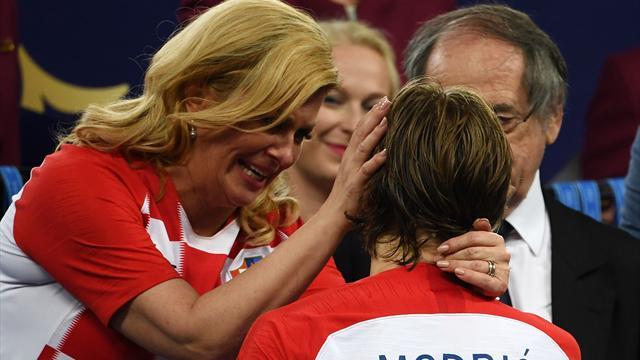 Президент Хорватии утопила в слезах Модрича, пока вручала ему «Золотой мяч»
