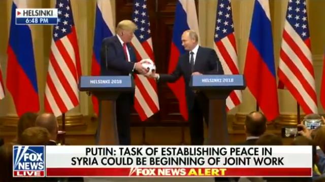 Путин подарил Трампу официальный мяч ЧМ-2018. Тот в ответ презентовал шайбу и свитер Овечкина