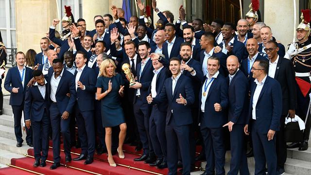 """""""I will survive"""", """"We are the champions"""" et La Marseillaise repris par les Bleus et le président"""