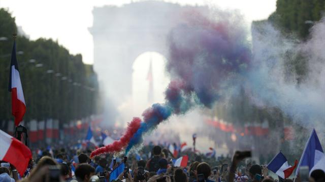 300 000 personnes pour une fête unique : les Champs-Elysées ont bien fêté leurs héros