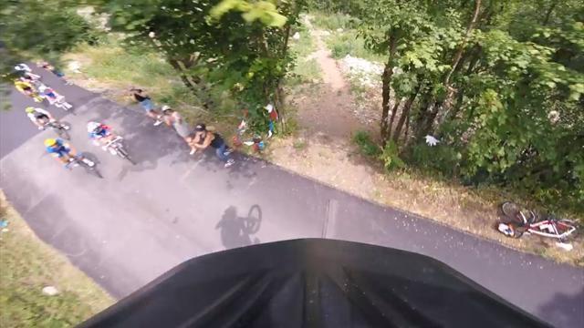 El temerario salto de un ciclista por encima del pelotón visto en primera persona