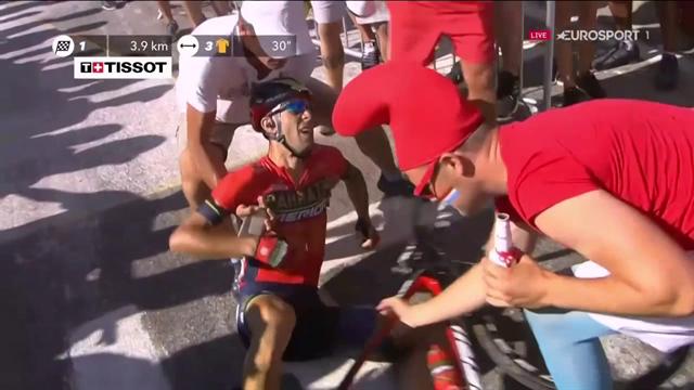 La caduta di Nibali sull'Alpe d'Huez: una moto della polizia lo urta in mezzo ai fumogeni