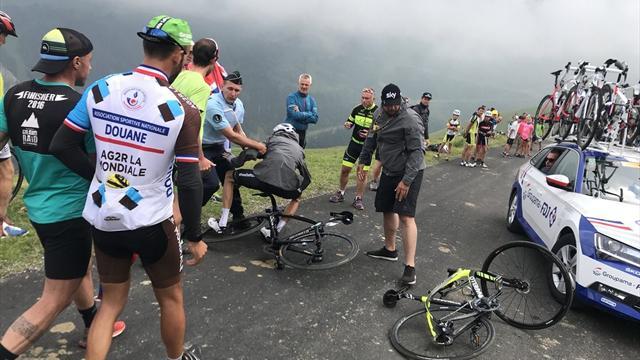 Tour de Francia 2018: Un gendarme confunde a Froome con un aficionado y le tira de la bici