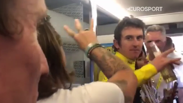 Geraint Thomas, gioia da Tour de France: sul bus del team Sky si festeggia con birre e Dr Dre
