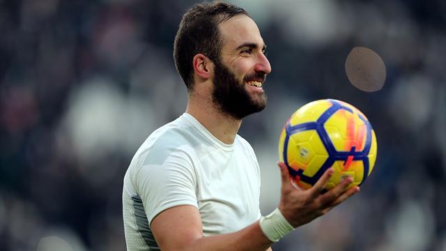 Lo strano caso di Higuain: i tifosi lo acclamano, ma per la Juventus resta sul mercato
