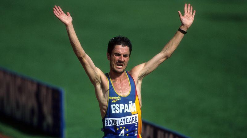 Martín Fiz levanta los brazos tras vencer en los Campeonatos de Europa de Helsinki 1994