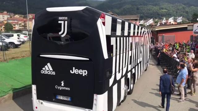Il pullman della Juventus arriva a Villar Perosa