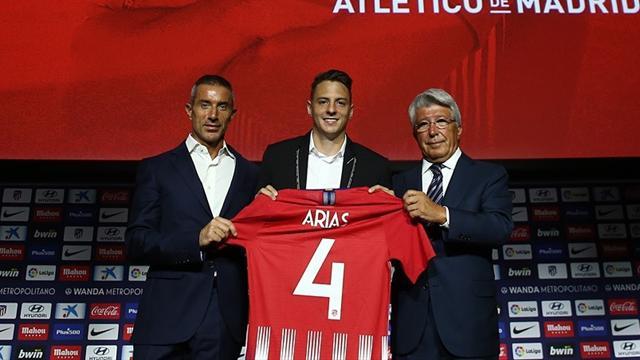 Arias ya posa con la rojiblanca en su presentación con el Atlético de Madrid