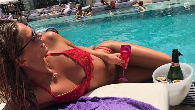 Ефимова взяла 4 золота на ЧЕ и укатила в отпуск, где засветила шикарный красный купальник